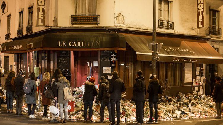 Des Parisiens rendent hommage aux victimes des attaques terroristes de Paris du 13-Novembre, devant le bar Le Carillon et Le Petit Cambodge, le 20 novembre 2015. (?FRANCOIS LAFITE/WOSTOK PRESS / MAXPPP)