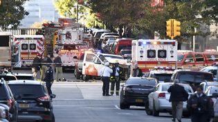 De nombreux policiers quadrillent la zone où un homme au volant de son véhicule a foncé sur des cyclistes dans le sud de l'île de Manhattan, mardi 31 octobre. (DON EMMERT / AFP)