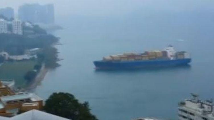 La dérive d'un porte-conteneur vers la côte, le 6 avril 2014, à Hong Kong. (DAILYMOTION / FRANCETV INFO)
