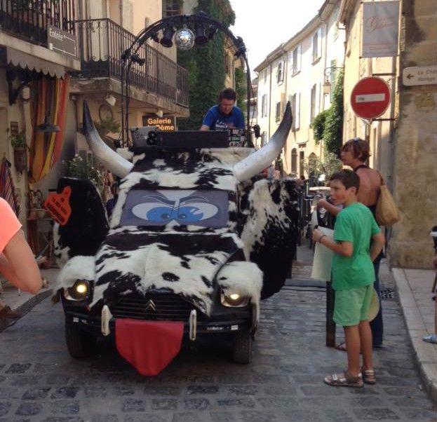 La folle équipe de Radio Meuh et sa voiture à cornes dans une rue de Lourmarin durant l'édition 2016 du Yeah !  (Denis Quélard)