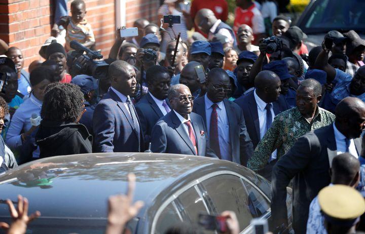 L'ancien président Robert Mugabe sort d'un bureau de vote à Harare lors des élections générales, le 30 juillet 2018. (SIPHIWE SIBEKO / X90069)