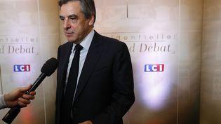François Fillon arrive pour participer au débat organisé entre cinq candidats à l'élection présidentielle, le 20 mars 2017 sur TF1. (PATRICK KOVARIK / POOL / AFP)