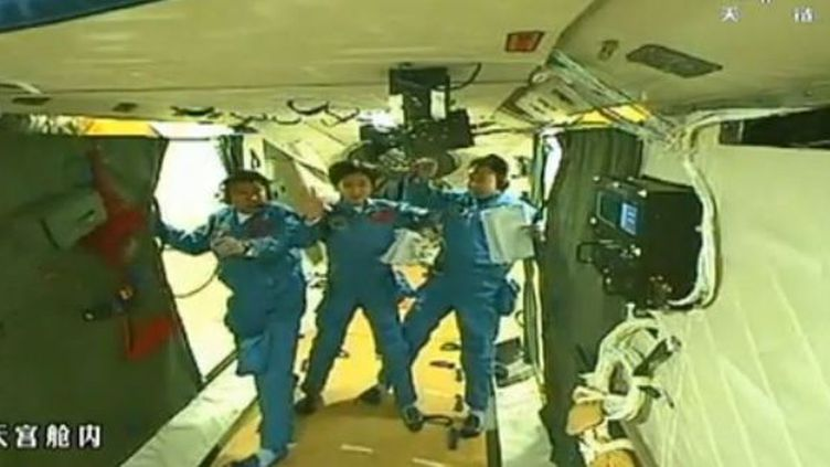 Capture d'écran de la Chaine chinoise CCTV.Pour la première fois, trois de ses astronautes, dont Liu Yang, la première femme envoyée dans l'espace par la Chine, se sont déplacés à bord à bord de Tiangong-1,un module préfigurant une future station spatiale chinoise. (CCTV)