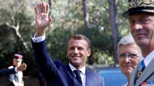 Emmanuel Macron arrive à Boulouris-sur-Mer,sur la commune de Saint-Raphaël (Var), le 15 août 2019, pour les commémorations du débarquement en Provence. (ERIC GAILLARD / AFP)