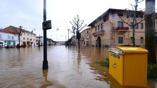 Inondation dans le centre-ville de Tartas dans les Landes, le 1er janvier 2021 (MEHDI FEDOUACH / AFP)