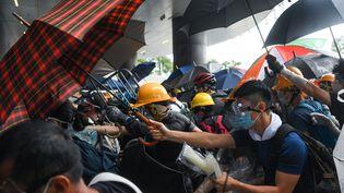Les manifestants affrontent la police devant le Parlement, le 12 juin 2019, à Hong Kong. (ANTHONY WALLACE / AFP)