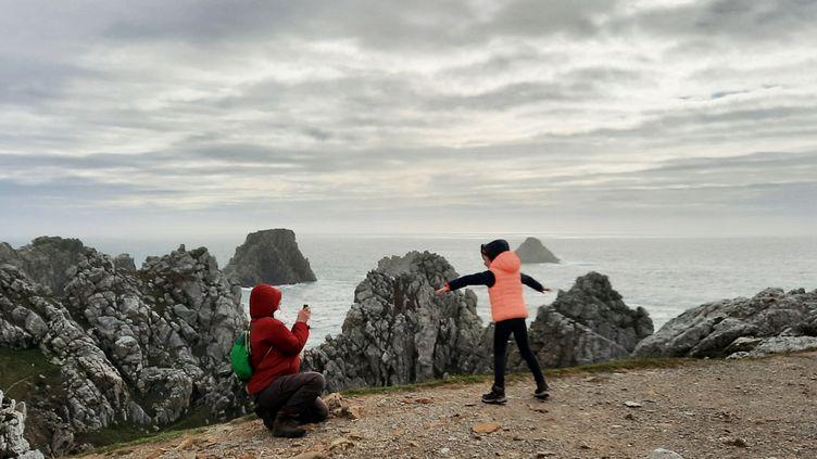 Des touristes franciliens se photographient sur la pointe de Pen Hir (Finistère). (BENJAMIN  ILLY / FRANCE-INFO)
