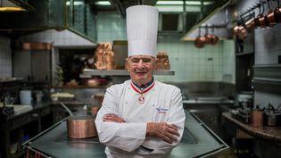 Paul Bocuse, posant dans la cuisine de L'Auberge de Pont de Collonges, en novembre 2009. (JEFF PACHOUD / AFP)