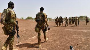 Des soldats maliens s'entraînent dans un camp militaire près de Ouagadougou au Burkina Faso, le 12 avril 2018. (ISSOUF SANOGO / AFP)