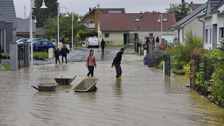 Le village inondé de Dambenois, le 17 juin 2020 dans le Doubs. (DELFINO DOMINIQUE / AFP)