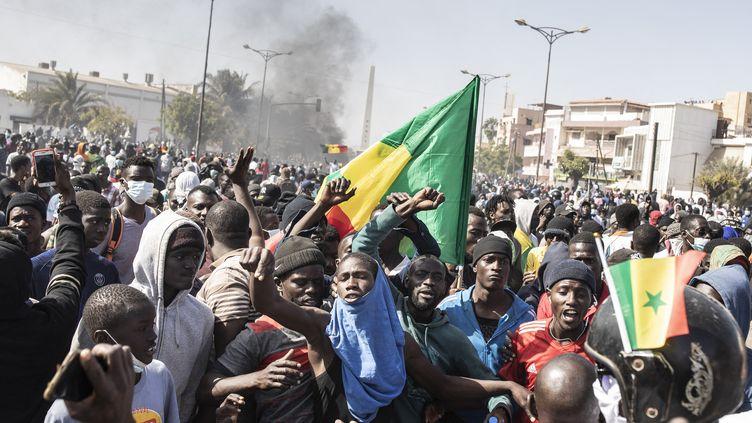 Des manifestants rassemblés sur la place de la Nation, à Dakar (Sénégal), le 8 mars 2021. (JOHN WESSELS / AFP)