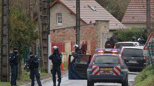 """Les hommes du Raid et du GIGN traquent les tueurs de """"Charlie Hebdo"""" en Picardie, le 8 janvier 2015 (FRANCOIS NASCIMBENI / AFP)"""