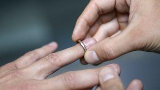 Des alliances sont échangées lors d'un mariage à Paris, le 18 septembre 2012. (KENZO TRIBOUILLARD / AFP)