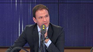 """Cédric O, secrétaire d'État chargé du Numérique, affirme que la future application Stopcovid""""sera respectueuse de nos libertés"""". (FRANCEINFO / RADIO FRANCE)"""