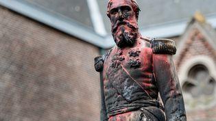 Une statue du roi des Belges Léopold II recouverte de peinture rouge par des manifestants, le 4 juin 2020 à Anvers (Belgique). (JONAS ROOSENS / BELGA / AFP)