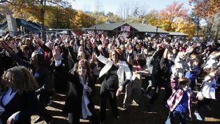 Des centaines de femmes, vêtues d'un tailleur-pantalon, participent à un flash-mob en soutien à Hillary Clinton, le 8 novembre 2016, dans le bureau de vote de la candidate, à Chappaqua, près de New York (Etats-Unis). (RICKY FLORES / THE JOURNAL NEWS / SIPA)