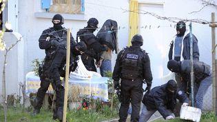 Coup de filet dans le milieu islamiste radical à Couëron (Loire-Atlantique), le 30 mars 2012. (JEAN-SEBASTIEN EVRARD / AFP)