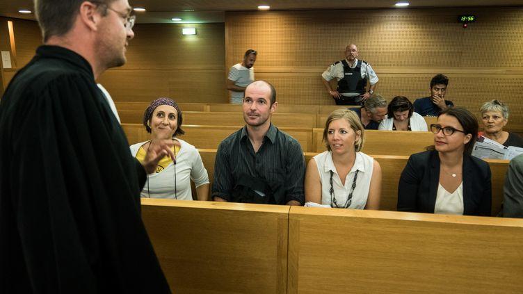 """Les deux""""décrocheurs"""" Pierre Goinvic et Fanny Delahalle aux côtés de l'ancienne ministre Cécile Duflot, lors de leur procès, le 2 septembre 2019 à Lyon (Rhône). (NICOLAS LIPONNE / NURPHOTO / AFP)"""