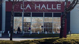 Un magasin La Halle, du groupe Vivarte, dans la banlieue de Rennes, photographié en avril 2015. (DAMIEN MEYER / AFP)