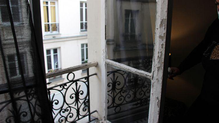Rachida est menacée d'expulsion à partir du 1er juin 2021 pour impayés de loyer. Elle vit dans un appartement en très mauvais état à Paris. (CLAIRE LEYS / RADIO FRANCE)