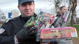 Un policier montre des pétards et feux d'artifice confisqués le 28 décembre 2012 à Strasbourg (Bas-Rhin). (FREDERICK FLORIN / AFP)