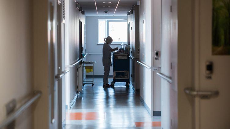 Une infirmière prépare des médicaments dans un couloir vide dans un Ehpad, dans le Nord, pendant le Covid-19, le 27 mars 2020. (JULIE SEBADELHA / HANS LUCAS / AFP)
