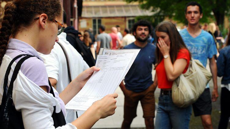 Les lycéens découvrent les résultats du baccalauréat, le 6 juillet, à Agen, dans le Lot-et-Garonne. (DDM JEAN MICHEL MAZET / MAXPPP)