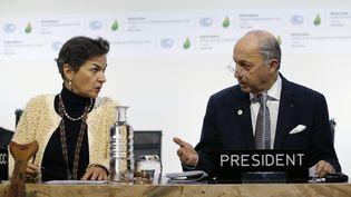 Christiana Figueres, secrétaire exécutive de la Convention Cadre des Nations unies sur les changements climatiques et Laurent Fabius, ministre français des Affaires étrangères, à la COP21 au Bourget (Seine-Saint-Denis), le 9 décembre 2015. (STEPHANE MAHE / REUTERS)