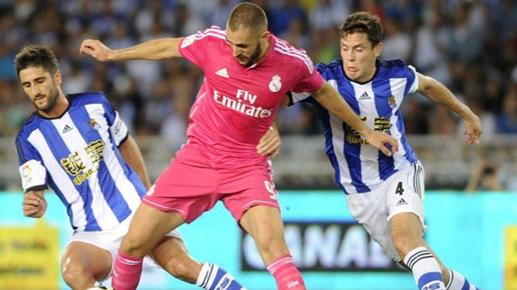Karim Benzema (Real Madrid) cerné par la défense de la Real Sociedad (ANDER GILLENEA / AFP)