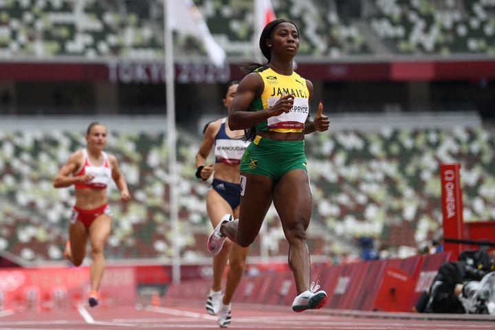 Shelly-Ann Fraser-Pryce lors des séries du 100m dans le stade olympique de Tokyo, le 30 juillet (JEWEL SAMAD / AFP)