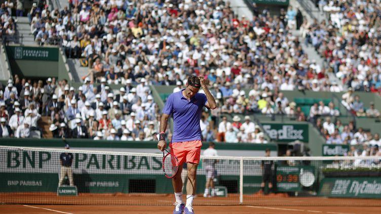 Roger Federer sur le court Suzanne-Lenglen de Roland-Garros en 2015 (KENZO TRIBOUILLARD / AFP)