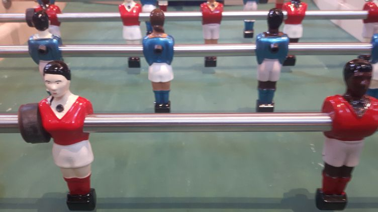 Les figurines féminines du baby-foot. (JEROME VAL/RADIOFRANCE)