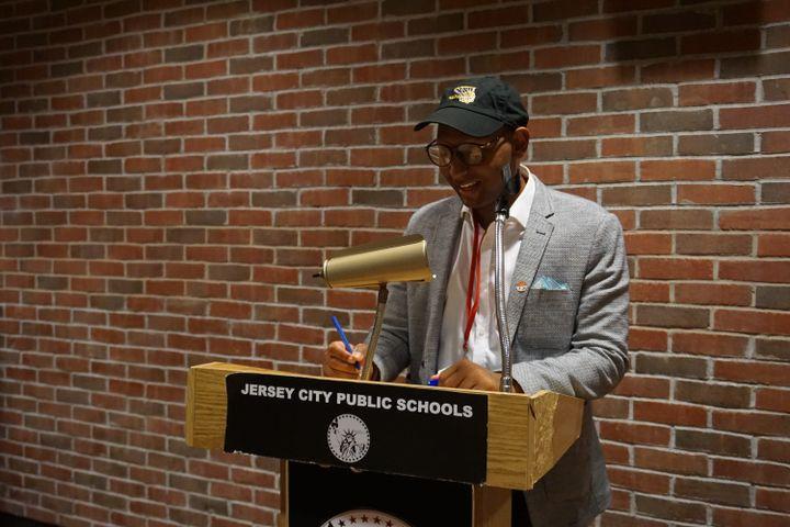 Mussab Ali prend la parole dans les bureaux de la commission d'éducation de la ville de Jersey City (New Jersey, Etats-Unis), le 25 août 2021. (MARIE-VIOLETTE BERNARD / FRANCEINFO)