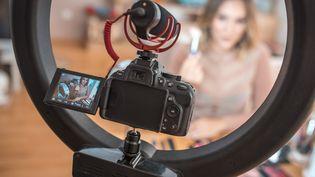 Un tournage d'une vidéo destinée aux réseaux sociaux (illustration). (AZMANL / E+ VIA GETTY IMAGES)