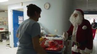 L'association Carlesimo distribue chaque année des cadeaux aux nombreux enfants qui passent Noël à l'hôpital, en France. (France 3)