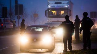 Des policiers allemands contrôlent des véhicules à Kehl, le 12 décembre 2018, quelques heures après l'attentat survenu à Strasbourg (Bas-Rhin). (CHRISTOPH SCHMIDT / DPA / AFP)