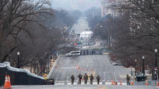 Des membres de la Garde nationale remontent une avenue le long du Capitole américain à Washington, le 15 janvier 2021. (SAUL LOEB / AFP)