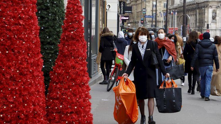 Ambiance de Noël dans une rue commerçante à Paris endécembre 2020. Photo d'illustration. (DELPHINE GOLDSZTEJN / MAXPPP)