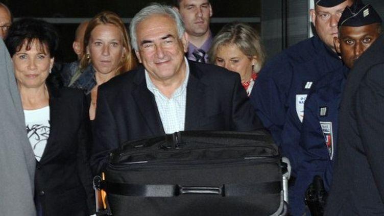 Dominique Strauss-Kahn arrive à l'aéroport de Roissy-Charles-de-Gaulle, dimanche matin, en provenance de New York (MIGUEL MEDINA / AFP)