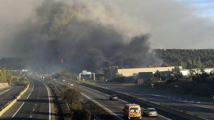 La fumée perturbait les voies rapides près de Vitrolles (Bouches-du-Rhône), mercredi 10 août. (BORIS HORVAT / AFP)