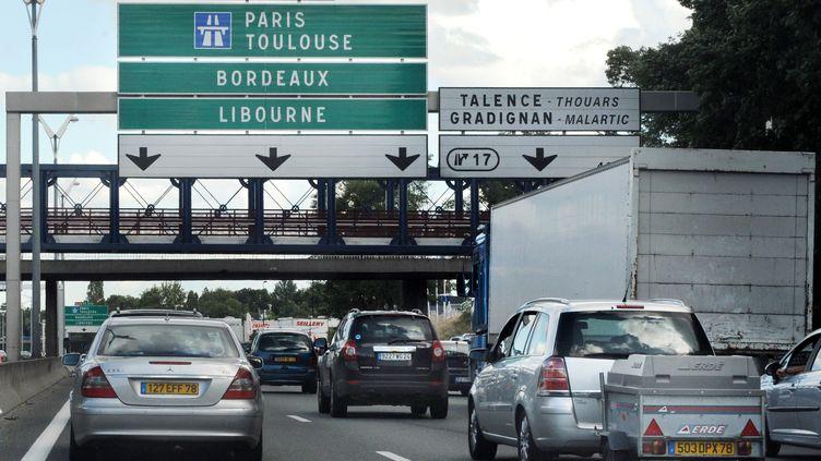 Des vacanciers roulent au pas en direction de Paris, le 22 août 2008, sur le périphérique de l'agglomération bordelaise. (JEAN-PIERRE MULLER / AFP)