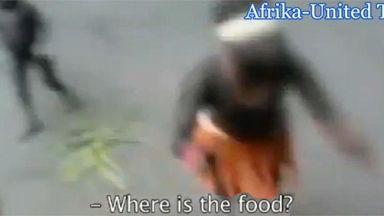 """Femme jarawa en train de danser. En même temps, elle demande """"Where is the food ?"""", """"Où est la nourriture ?"""" (DR)"""