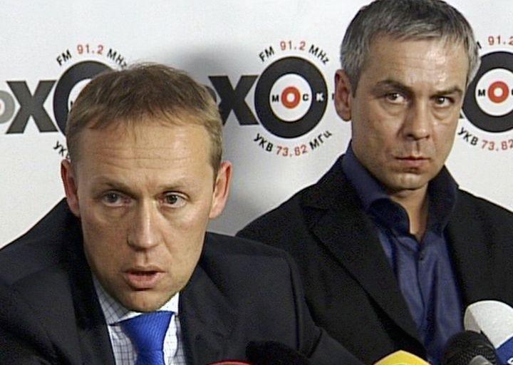 Andreï Lougovoï (à gauche) et Dmitri Kovtoun, les principaux suspects del'assassinat d'Alexandre Litvinenko, eninterview dans le studio d'une radio russe au lendemain de la mort de ce dernier, le 24 novembre 2006, à Moscou (Russie). (REUTERS)