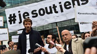 Le président de la société des journalistes d'i-Télé devant le siège de Canal+ à Boulogne-Billancourt (Hauts-de-Seine), le 25 octobre 2016. (CHRISTOPHE ARCHAMBAULT / AFP)