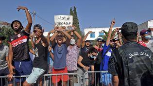 Des soutiens du président tunisien Kaïs Saïed manifestent devant le Parlement contre le parti islamiste Ennahda, à Tunis, le 26 juillet 2021. (FETHI BELAID / AFP)