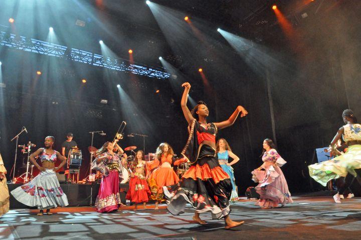 La troupe de l'association Intermède-Robinson sur scène avec Ibrahim Maalouf aux Nuits de Fourvière (Olivier Flandin / FTV)