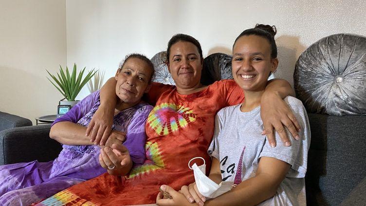 De gauche à droite : Marbouba, la grand-mère, Monia, la maman et Féryel, la petite-fille qui vivent dans le même appartement de la rue des Panoyaux (20e arrondissement) à Paris. (BORIS LOUMAGNE / RADIO FRANCE)