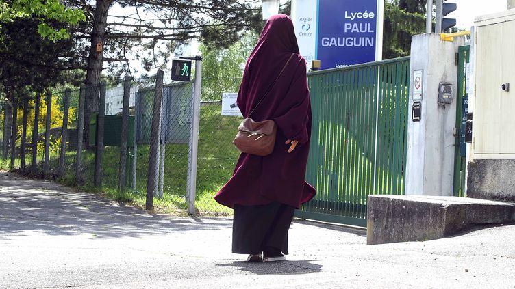 Ikram, une lycéenne musulmane qui se dit victime de discrimination pour sa jupe longue, le 5 mai 2015 devant le lycée Paul-Gauguin d'Orléans (Loiret). (  MAXPPP)