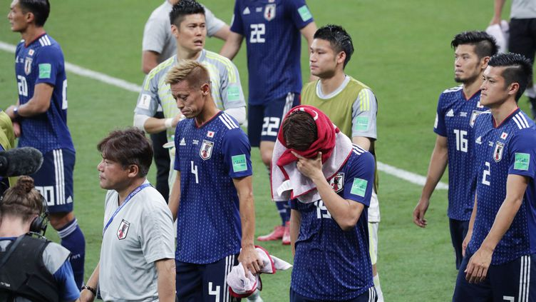 Les joueurs japonais après leur élimination face à la Belgique, le 2 juillet 2018 à Kazan (Russie). (MASANORI INAGAKI / YOMIURI / AFP)