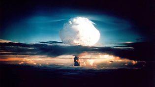 Un nuage est provoqué par l'essai d'une bombe H américaine, le 1er novembre 1952, aux îles Marshall, dans le Pacifique. (DOE / AFP)